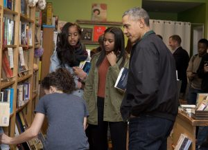 President Obama, et ses filles Sasha, et Malia, chez Upshur Street Books, Washington, D.C. (Carolyn Kaster / Associated Press)
